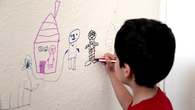 stockvideo's en b-roll-footage met child drawing wall - tekening