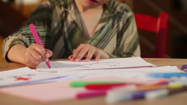 stockvideo's en b-roll-footage met child draws - alleen jongens