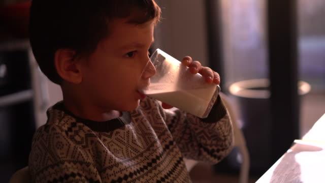 vídeos de stock e filmes b-roll de child drining milk - bebida