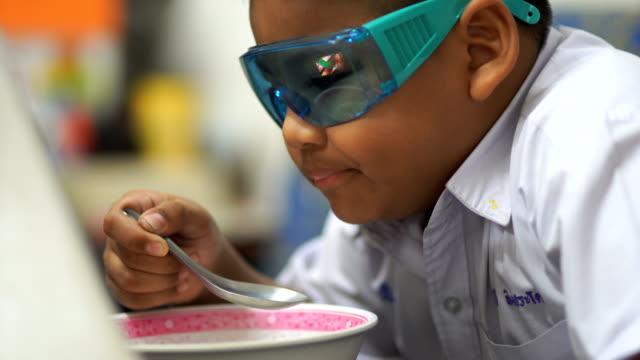 barn äter middags kosttillskott. - människofinger bildbanksvideor och videomaterial från bakom kulisserna