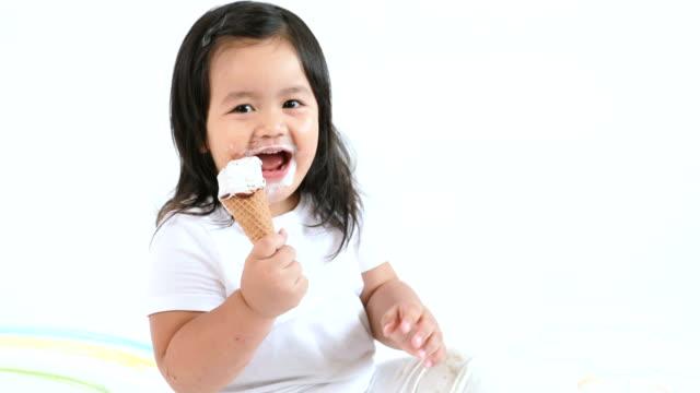 vídeos y material grabado en eventos de stock de niño comiendo un helado - galleta dulces