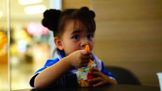 vidéos et rushes de enfant de manger de la crème glacée - langue humaine