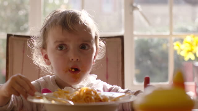 child eating spaghetti - solo un bambino maschio video stock e b–roll