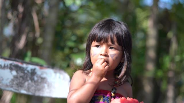 vídeos de stock, filmes e b-roll de criança comer melancia - cultura indígena