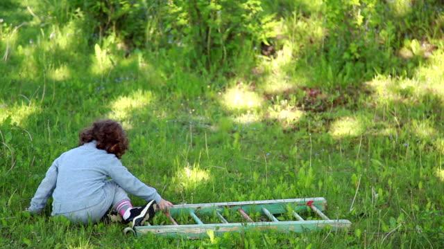 vidéos et rushes de enfant tombe vers le bas de l'échelle en bois - premiers pas