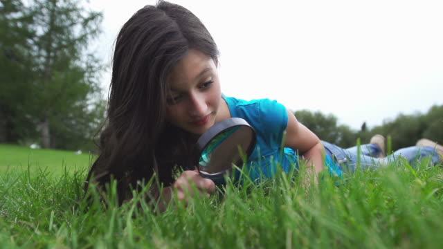 vídeos de stock e filmes b-roll de criança procura por algo em grande - só meninas adolescentes