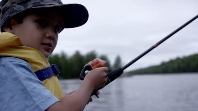 bambini di pesca bass - lago superiore video stock e b–roll