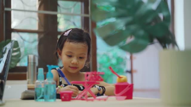 リビングルームで宿題やテーブルの上に絵を描く子供の女の子 - one teenage girl only点の映像素材/bロール