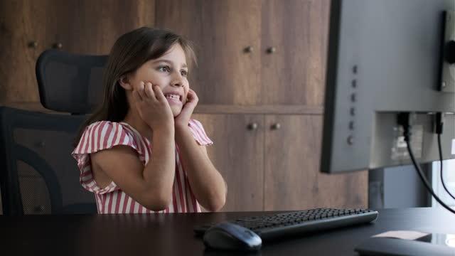kind mädchen benutzt computer, erreicht inhalte, die sie nicht darf. - content stock-videos und b-roll-filmmaterial