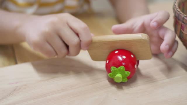 屋内で準備する子供の手遊びの食べ物 - キッチンナイフ点の映像素材/bロール