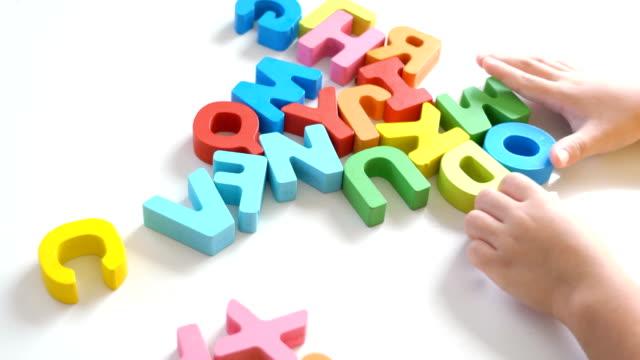 vídeos y material grabado en eventos de stock de niño jugando rompecabezas alfabeto. - letra del alfabeto