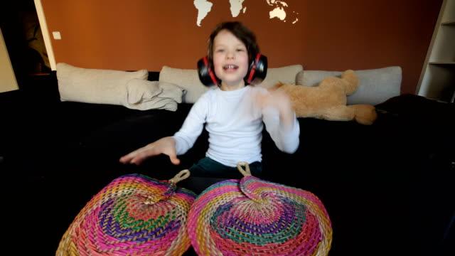 kind glücklich zu hause spielen und singen - aufführung stock-videos und b-roll-filmmaterial