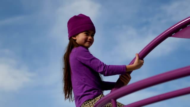 vídeos de stock, filmes e b-roll de criança se divertindo em uma praça pública - menina