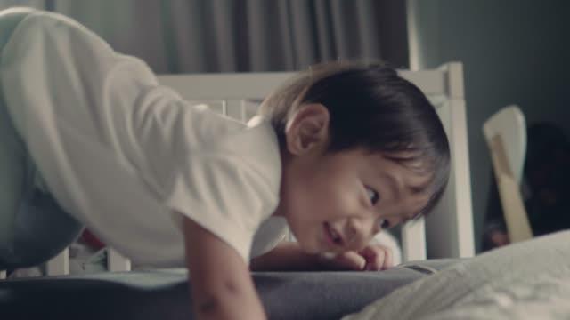 kinder, die spaß am babyzimmer. - ein männliches baby allein stock-videos und b-roll-filmmaterial