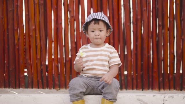 vídeos de stock, filmes e b-roll de criança se divertindo no parque. - só um bebê menino