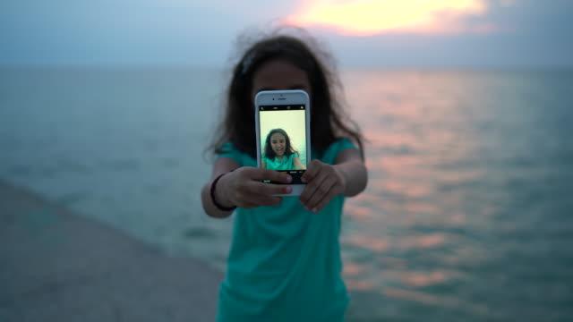 海辺の休暇で楽しんでいる子供 - 人間の舌点の映像素材/bロール