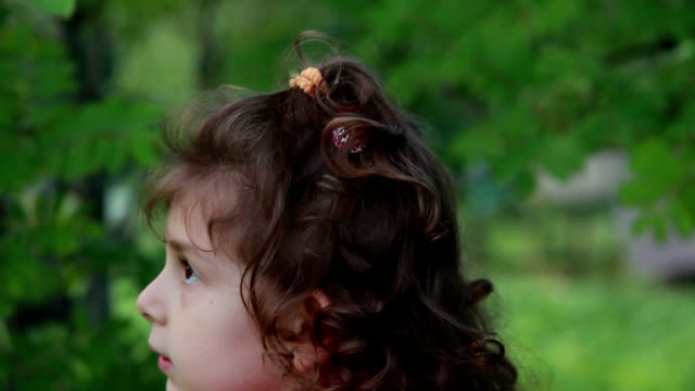 vidéos et rushes de enfant, frapper la branche d'arbre - série d'émotions