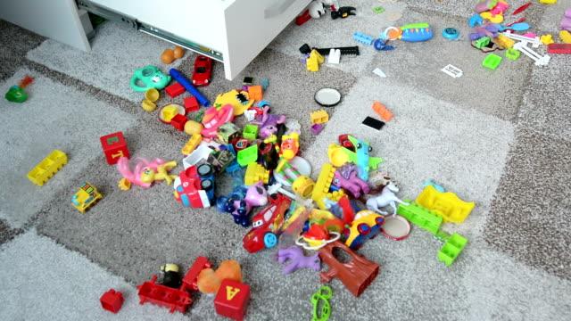 vídeos y material grabado en eventos de stock de niño en la mañana, explorar la casa - truco