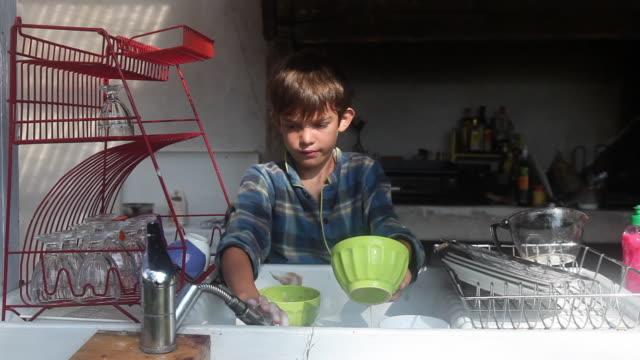 vidéos et rushes de child is doing the dishes - bol à soupe