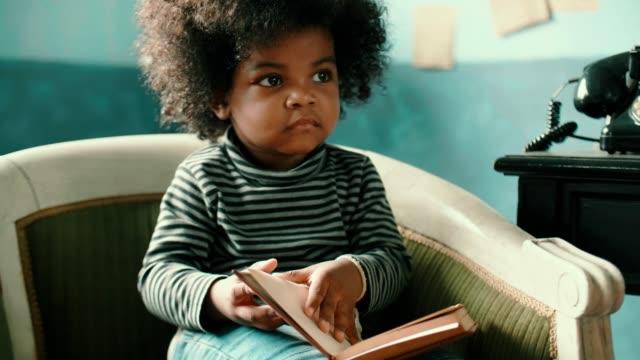 vidéos et rushes de l'enfant lit un livre - élève du primaire