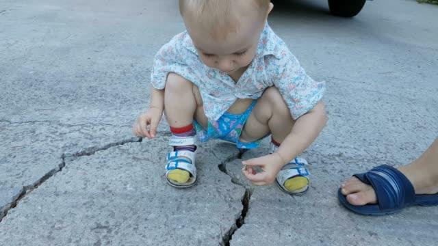 子供が歩くと野外で遊ぶ - 2歳から3歳点の映像素材/bロール