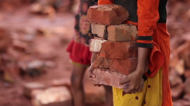 child labor break bricks in dhaka, bangladesh on march 06, 2018. with over half of the population living below the poverty line, women and children... - ziegel stock-videos und b-roll-filmmaterial