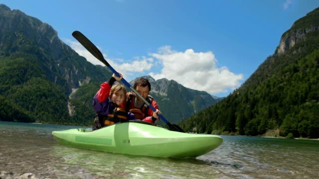 vídeos y material grabado en eventos de stock de hd: niño aprendiendo a pasea en kayak - kayak piragüismo y canotaje