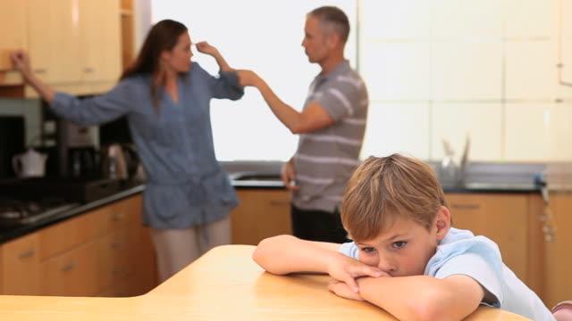 vídeos de stock e filmes b-roll de child listening to his quarreling parents - cara para baixo