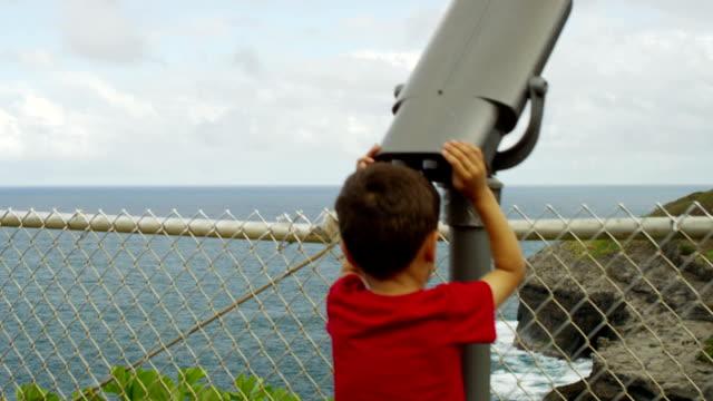 Bambino guardando la natura bird watching