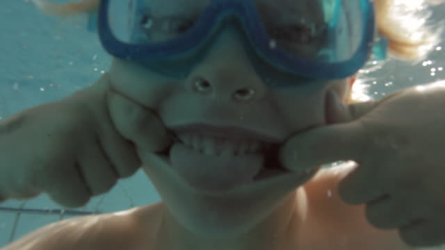 stockvideo's en b-roll-footage met cu child making a face underwater / vancouver, british columbia, canada - alleen jongens