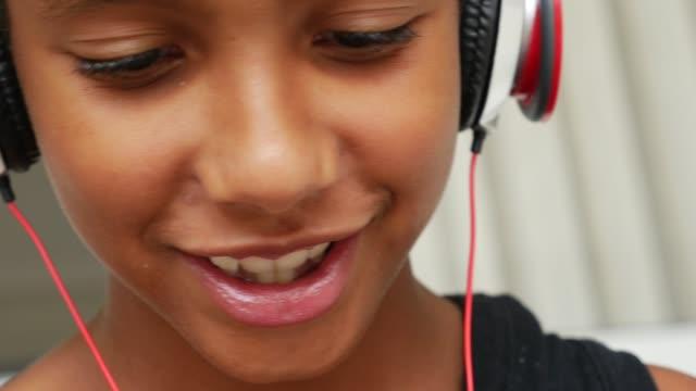 vídeos de stock, filmes e b-roll de criança em um vídeo chamando usando um tablet digital em casa - meninos adolescentes