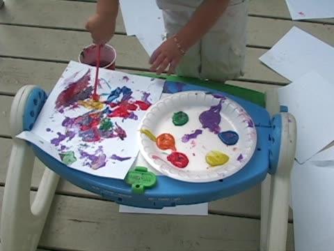stockvideo's en b-roll-footage met child painting picture. - alleen meisjes