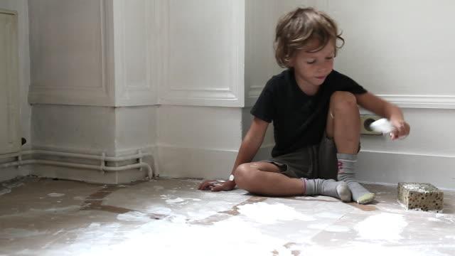 vidéos et rushes de child painting wall - bricolage
