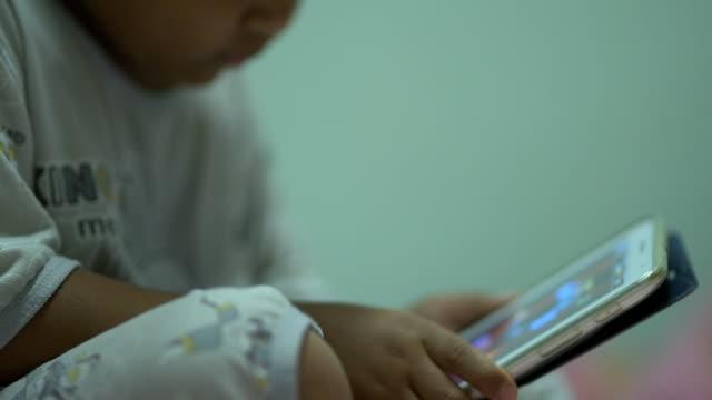 vídeos de stock e filmes b-roll de child play digital tablet for entertainment. - antena equipamento de telecomunicações
