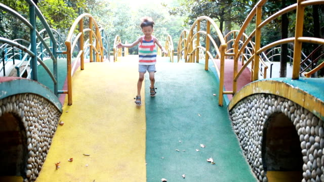 stockvideo's en b-roll-footage met kinderspel in het park - videoportret
