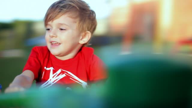 vídeos de stock, filmes e b-roll de criança tocando 02 - somente crianças