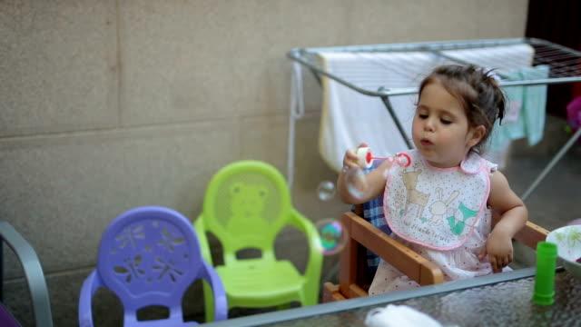 kind spielen und früchte im freien zu essen - soap sud stock-videos und b-roll-filmmaterial