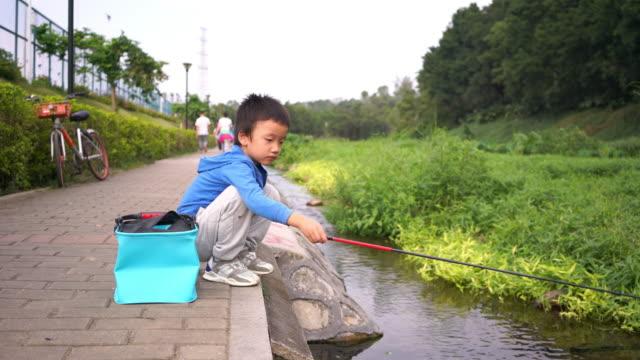 ストリームの釣りで遊ぶ子供 - 男漁師点の映像素材/bロール