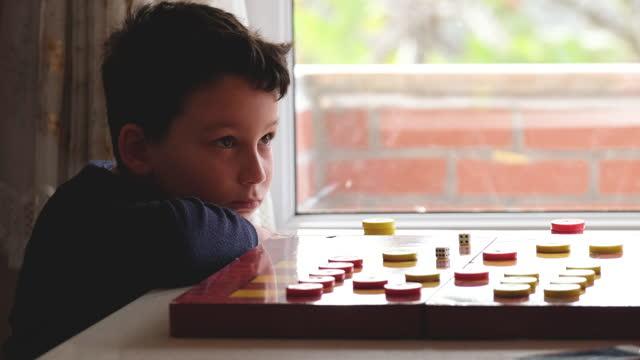 彼の母親と子供のプレイチェッカーゲーム - 余暇 ゲームナイト点の映像素材/bロール