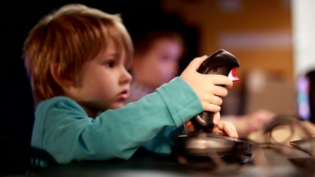 vídeos de stock e filmes b-roll de child playing computer game. - jogo de lazer