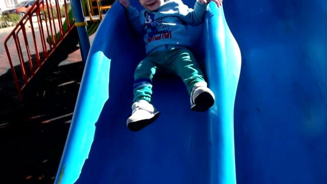 stockvideo's en b-roll-footage met kind spelen in het park op speelplaats - alleen kinderen