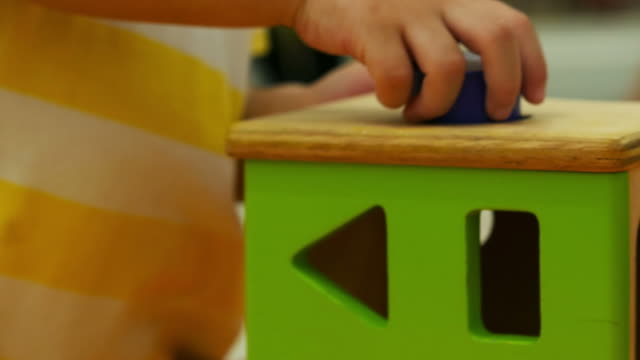 kind, spielen, spielzeug, nahaufnahme - gelegenheit stock-videos und b-roll-filmmaterial