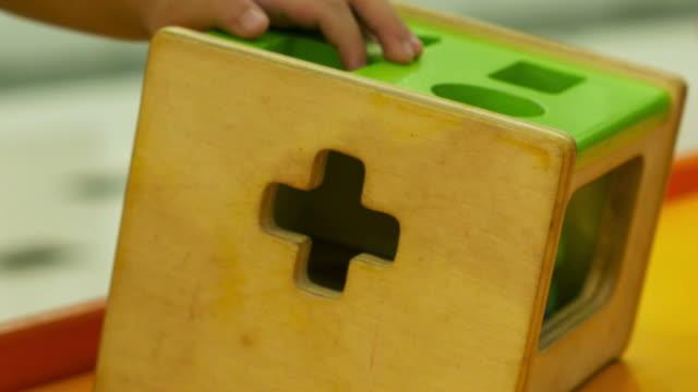 vídeos de stock, filmes e b-roll de criança brincando com brinquedo, close-up - jogo de lazer
