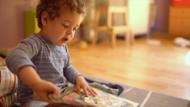 child playing - kleinstkind stock-videos und b-roll-filmmaterial