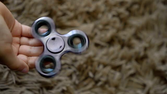 vídeos de stock, filmes e b-roll de criança brincando com um girador de inquietação - equilíbrio