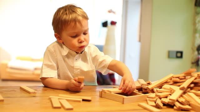 vídeos de stock, filmes e b-roll de child playing with toy blocks - jogo de lazer