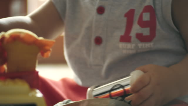 kind spielt mit spielzeug - 6 11 monate stock-videos und b-roll-filmmaterial