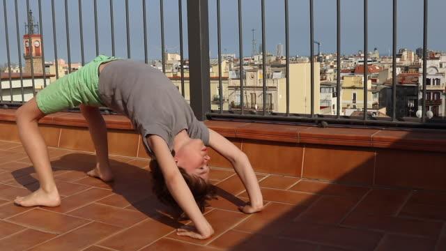 child portrait view of Barcelona, to practice Gymnastique