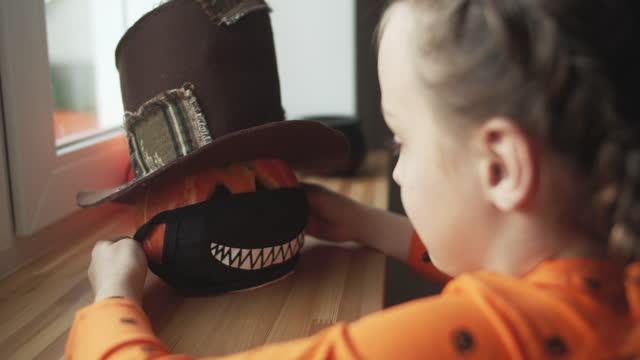 kind bereitet sich auf halloween vor - halloween stock-videos und b-roll-filmmaterial