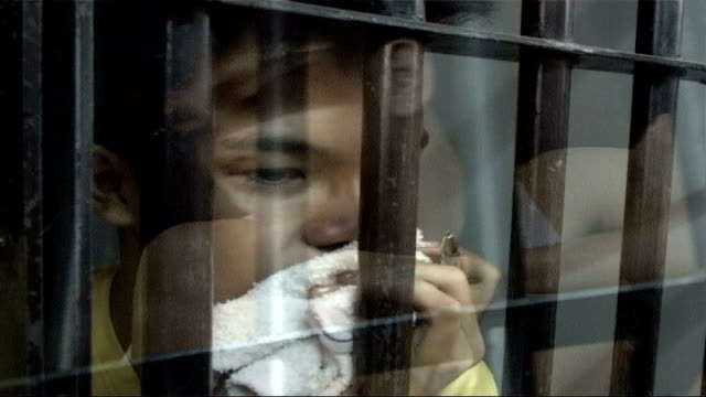 child prisoners kept in appalling conditions philippines boys in cramped prison cells sitting on shelves stacked on top of one another rogers handing... - filippinerna bildbanksvideor och videomaterial från bakom kulisserna